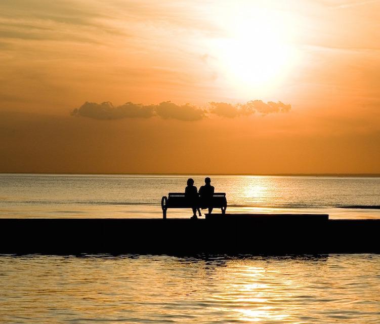 Paar auf einer Bank am Strand