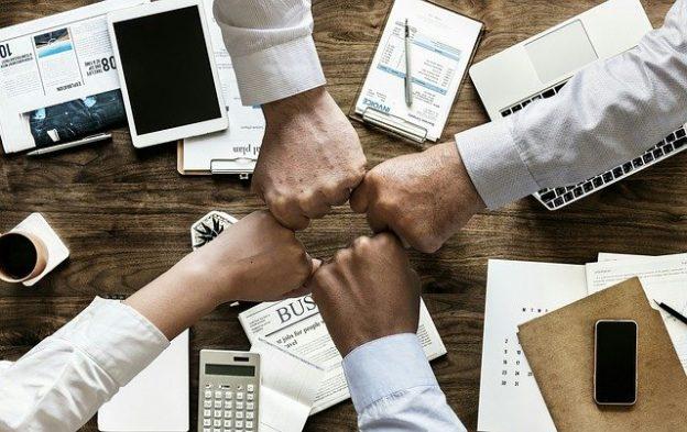 Vier Hände, zur Faust geballt und zueinander gerichtet: Moderne Führung bedeutet, im Team zu arbeiten und das Potenzial eines jeden Einzelnen zu stärken und auszubauen!